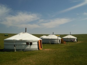 白い雲とゲル。緑の草原。そして青い空。この3色で構成されるモンゴルの大草原