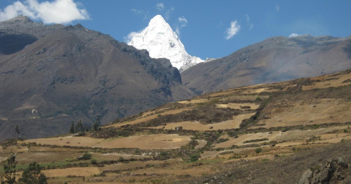 アンデスの峻峰を見る:ペルー・ブランカ山群周遊トレッキング